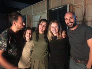 Los actores principales y el director emocionados tras la última toma de Maggie y Manuela